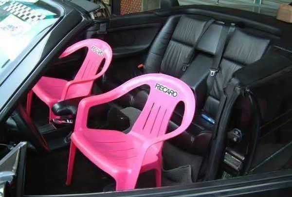 Mobil mevaah, tapi joknya pakai kursi plastik, warnanya pink lagi.