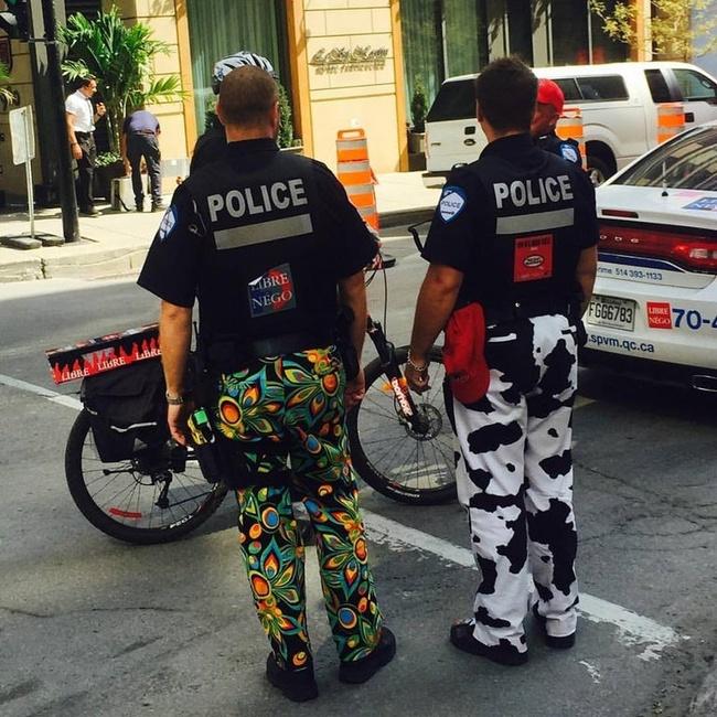 Nggak mau kalah nyentrik dari Elvis, para polisi ini juga mengenakan celana dengan corak yang ramai.