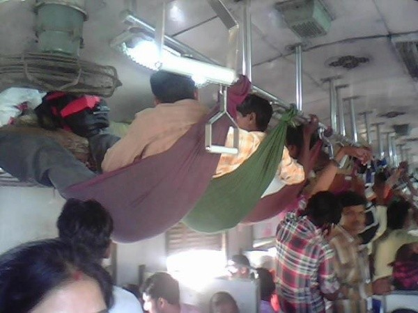Cuma di India kamu bisa melihat penumpang kereta duduk santai di atas kain kaya gini.