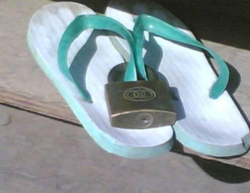 Sandal anti maling, jangan coba-coba mengambilnya.
