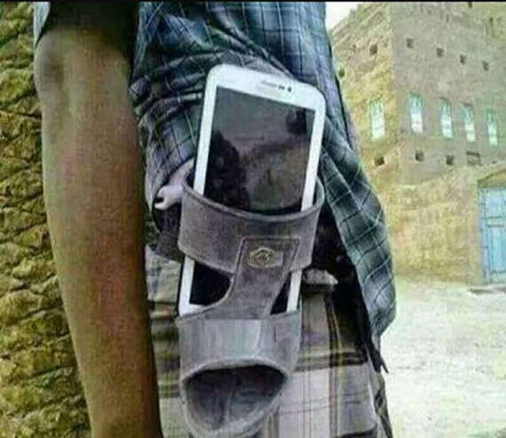 Dengan cara ini, kamu masih bisa membawa tabletmu kemana-mana di pinggang.wkwkwkw