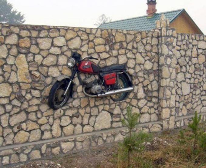 Bisa jadi ini adalah motor yang dimiliki orang ini untuk pertama kali. Jadi daripada dijual, mendingan dipajang aja di dinding buat kenang-kenangan.