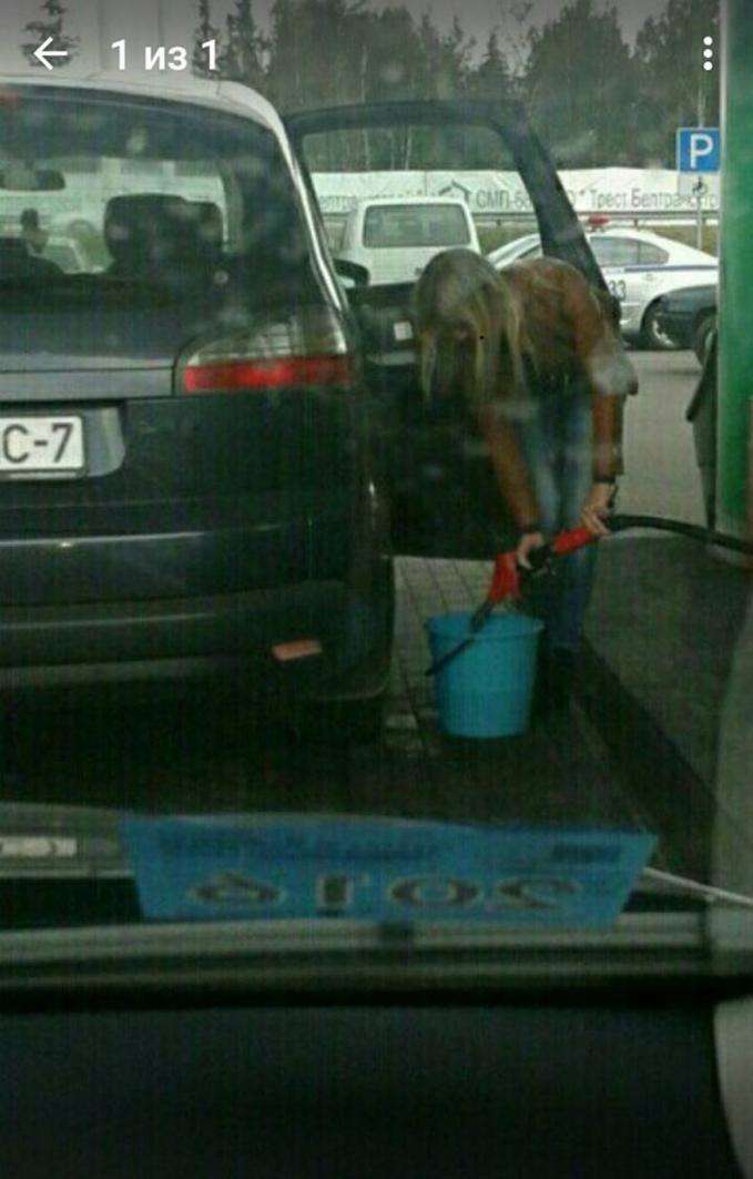 Disinyalir wanita ini adalah penjual bensin eceran.