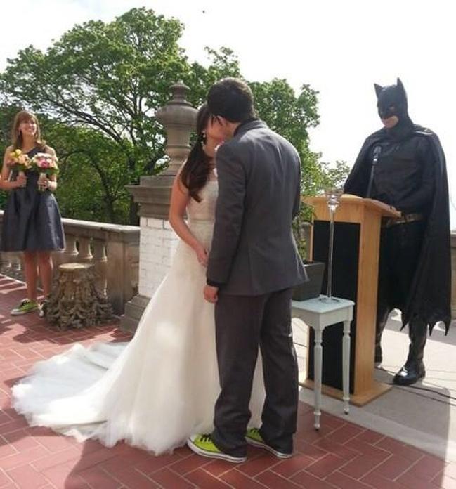 Oh, si Batman sekarang ganti profesi jadi penghulu rupanya.