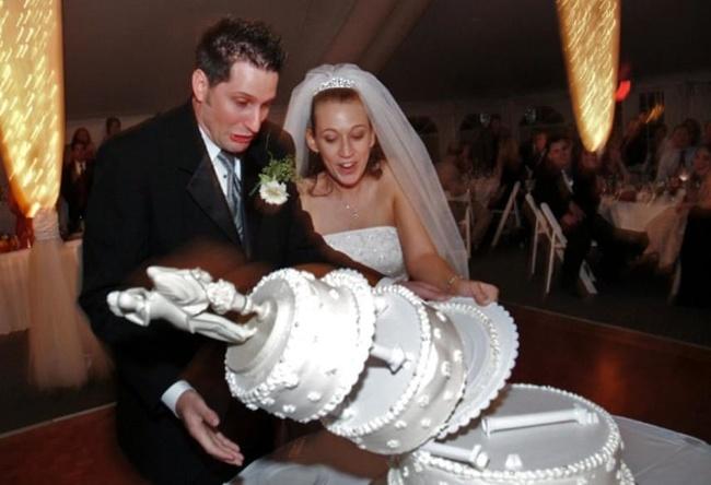 Detik-detik sebelum kue tartnya terguling dan berantakan. Ada-ada saja ya Pulsker. Memang deh, kejadian nggak terduga bisa muncul dimana saja dan kapan saja. Termasuk di acara resepsi pernikahan sekalipun.
