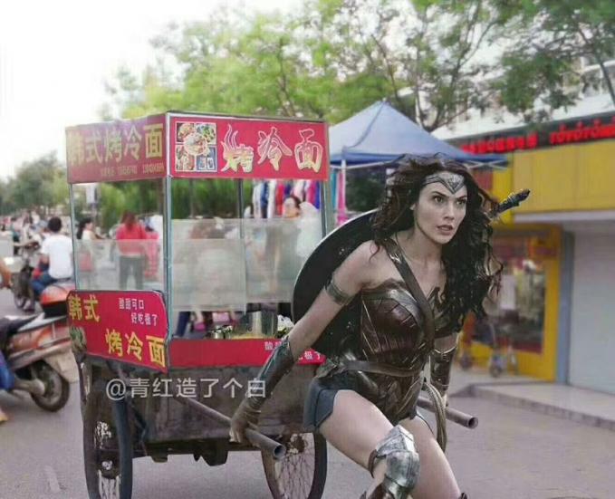 Pasti bakalan laris manis makanannya kalau yang sejual adalah Wonder Woman, yang ngantri bisa dari subuh nih.