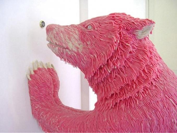 Tau nggak nih Pulsker, sebenarnya patung beruang ini dibuat dari ribuan permen karet?.