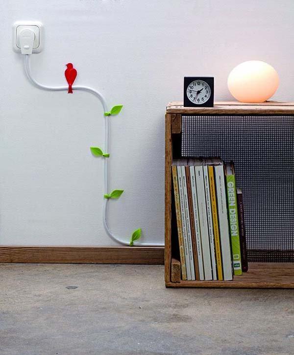 Penyangga kabel di tembok terkadang suka terlihat berantakan Pulsker. Terutama jika temboknya berwarna cerah. Untuk mensiasatinya, kamu bisa tutup dengan selotip bermotif daun atau burung seperti pada gambar ini.