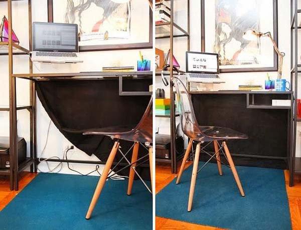 Cukup dengan menutupnya pakai kain berwarna hitam nggak terlihat lagi kabel-kabel berantakan di belakang meja kerja.