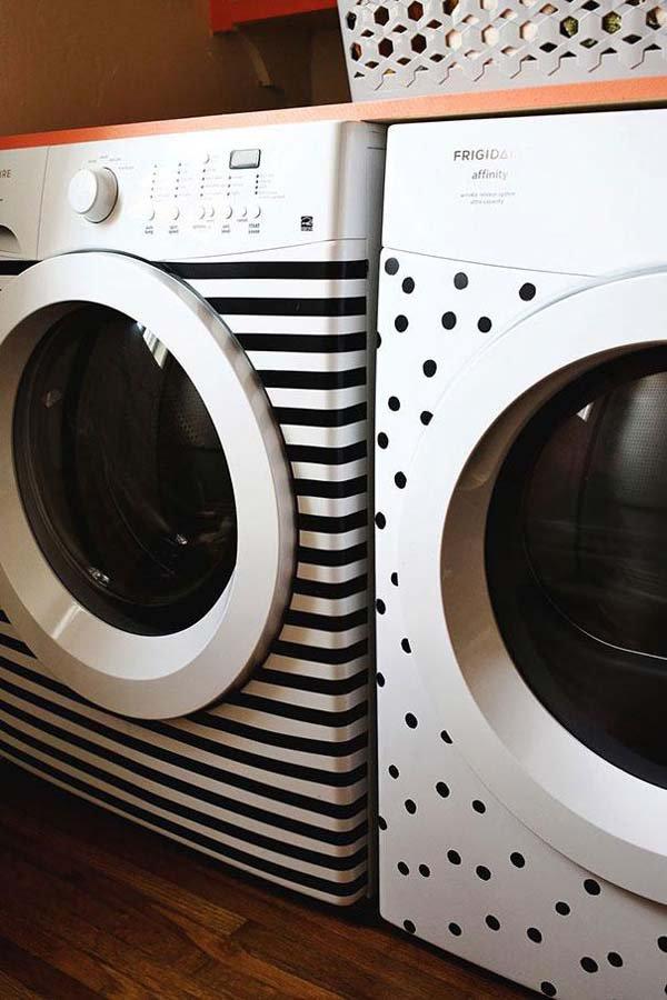 Bosan dengan mesin cuci yang nampak polosan gitu-gitu mulu?. Kalian bisa pakai selotip untuk menghiasinya dengan motif yang kamu suka.