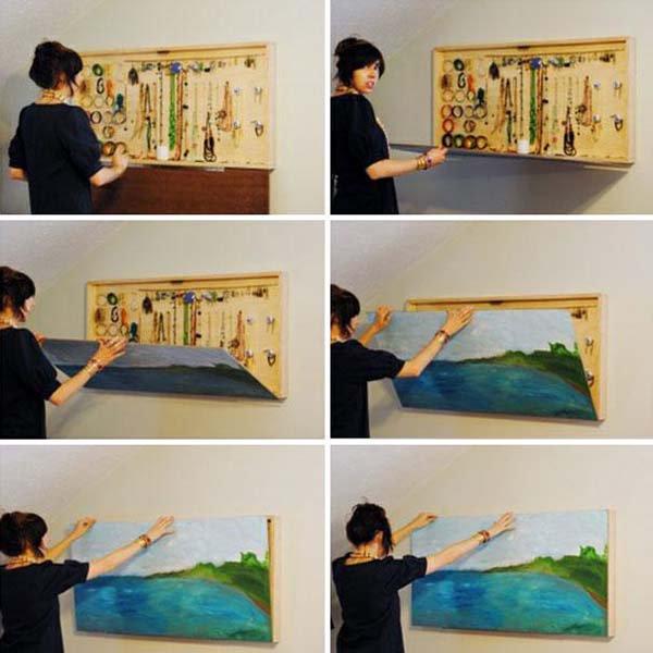 Nggak nyangka kan kalau dibalik lukisannya terdapat beragam perkakas untuk berbagai keperluan?.