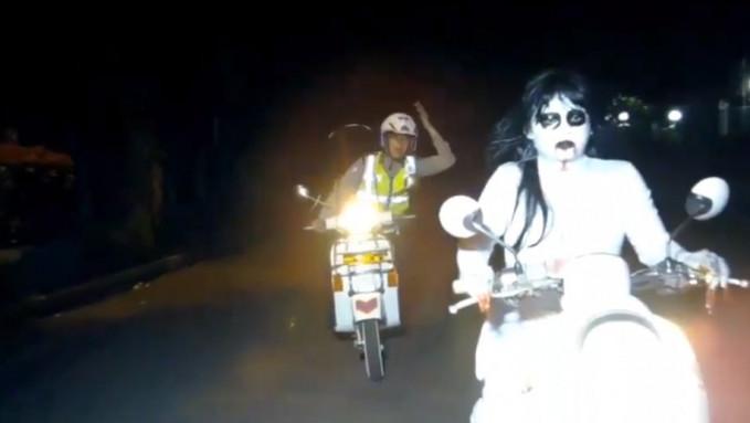 Hantu jadi-jadian yang tercyduk polisi di jalan raya.