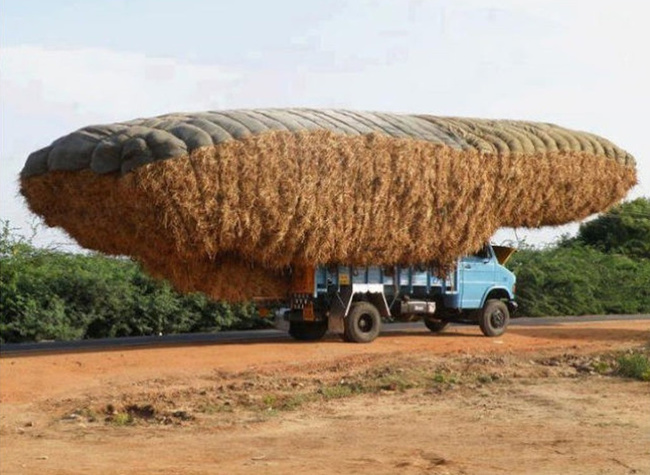 Sebuah truk yang mengangkut beban kelebihan muatan. Berbahaya sih, tapi pemandangan ini mungkin belum pernah kamu lihat sebelumnya.