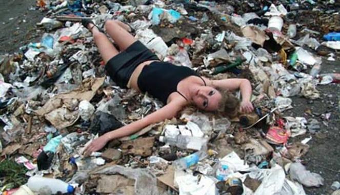 Coba aja fotonya nggak beralaskan tempat sampah, pasti nggak akan semenjijikan ini.