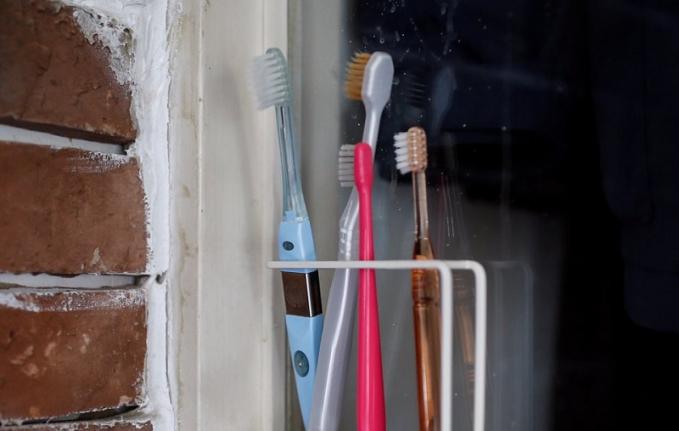Sikat Gigi Pria berusia 55 tahun pernahtanpa sengaja menelan sikat gigi, dan korbnpun nggak tau apa yang bru saja ditelannya, setelah sering mengalami sakit perut, korban dibawa kerumah sakit dan dilakukan pembedahan, dan ternyata setelah diangkat adalah sikat gigi.