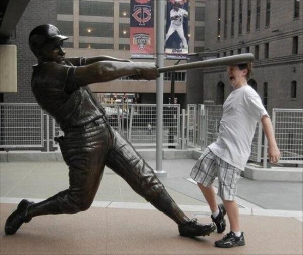 Untung aja dia hanya patung sob, kalau beneran pasti sudah pingsan sedari tadi tuh anak kena pukulan tongkat baseball.