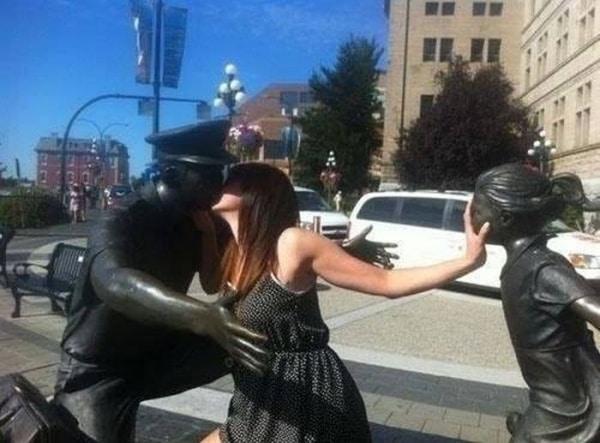 Wah, si mbaknya rupanya jomblo ngenes guys. Sampai-sampai ada patung polisi tampan diciumin segala.