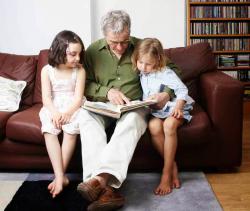 diceritakan Ada seorang kakek dengan 2 orang anak yg masih kecil