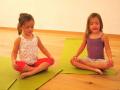 Foto Aksi Menggemaskan Saat Anak-anak Melakukan Yoga