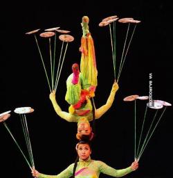 Kumpulan Foto Atraktif dan Mendebarkan Pertunjukan Akrobat di Cina