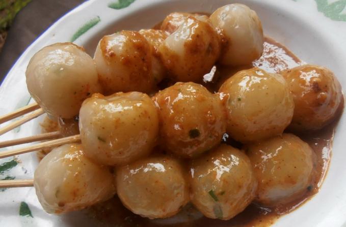 Cilok Masiih dengan jajanan aci. Kepanjangan dari cilok adalah aci dicolok. Makanan ini biasa dinikmati dengan saus, kecap dan sambal pedas.