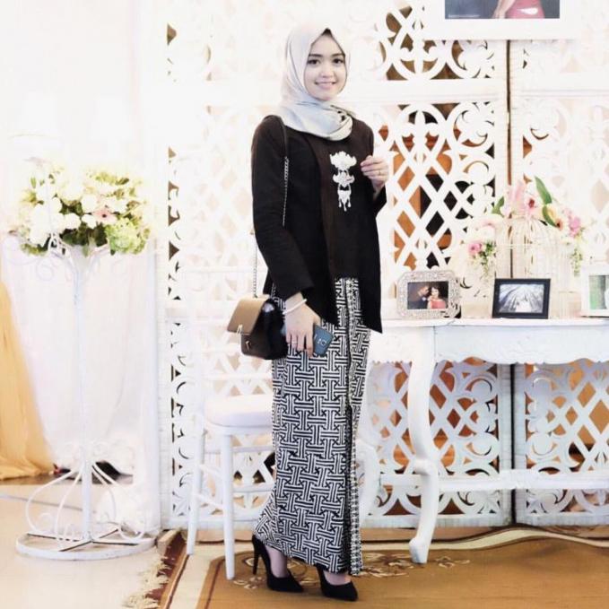Kebaya warna gelap dengan jilbab sederhana dan jarik motif simpel, ditambah aksesoris khas kebaya. Anggun banget deh !