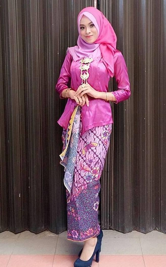 Pengen warna cerah, bisa juga memakai kebaya warna pink dengan jilbab yang dimodel sedemikian rupa, dengan jarik warna netral pasti bikin kamu tambah cantik.