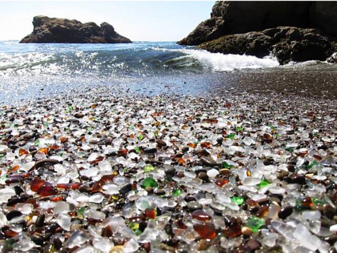 Bukannya pasir, di Fort Braggs pantai ini dipenuhi dengan kaca yang berkilau saat terkena cahaya.