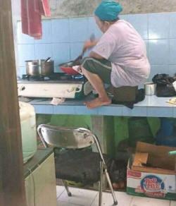 Selain di Jalanan, Aksi Gokil Emak-emak Juga Terjadi di Dapur Lho