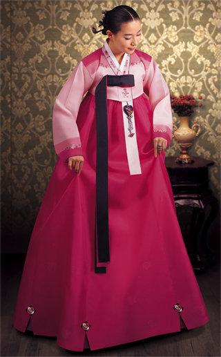 Hanbok - Korea Biasanya berwarna cerah dan nggak memilki saku, hanbok terbagi menjadi 2 bagian, yaitu bagian atas ( jeogori ) dan Rok ( Chima )