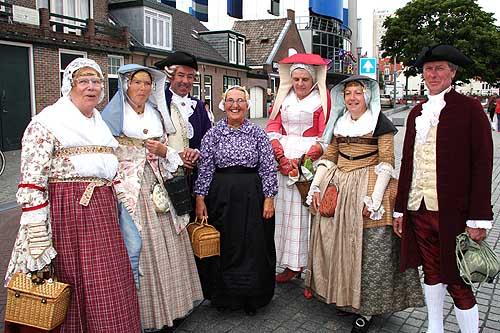 Klederdracht - Belanda Ciri khas lebih spesifik dari pakaian ini adalah topi yang njekither.