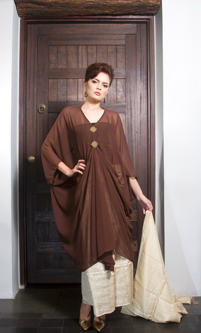 Kaftan - Persia Baju atau jubah yang panjang dengan lengan yang panjang dan lebar, biasanya terbuat dari bahan yang ringan dan terkesan melayang.