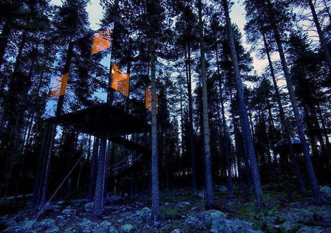 Rumah Pohon Kaca Rumah pohon ini didesain dengan bahan dari kaca yang dibangun ditengah hutan, sehingga seakan - akan nggak ada rumah pohon disana karena berkamuflase dengan pohon - pohon disekitarnya.