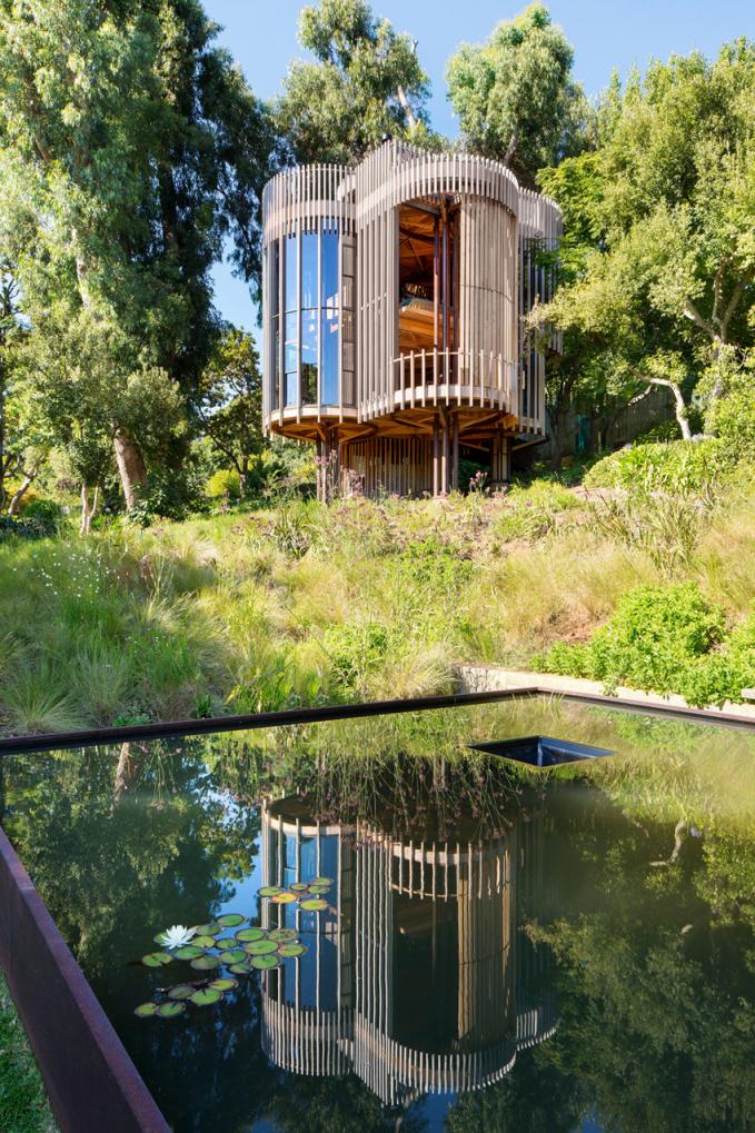 Rumah Pohon Tabung Didesain berbentuk tabung yang terbuat dari kayu yang bercelah seingga masih mengedepankan suasana hutan dengan panorama yang indah.