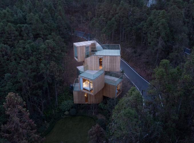 Rumah Pohon Susun Kotak Rumah pohon yang didesain kotak dan disusun sedemikian rupa serta penerangan lampu yang remang - remang membuat rumah pohon ini kelihatan eksotis.