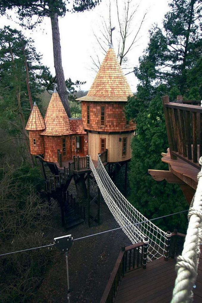 Rumah Pohon Kastil Didesai bak kastil dan antar rumah pohon dihubungkan dengan jembatan tali yng kuat, jika kita berada disana seperti berada di lingkungan kerajaan jaman dulu.