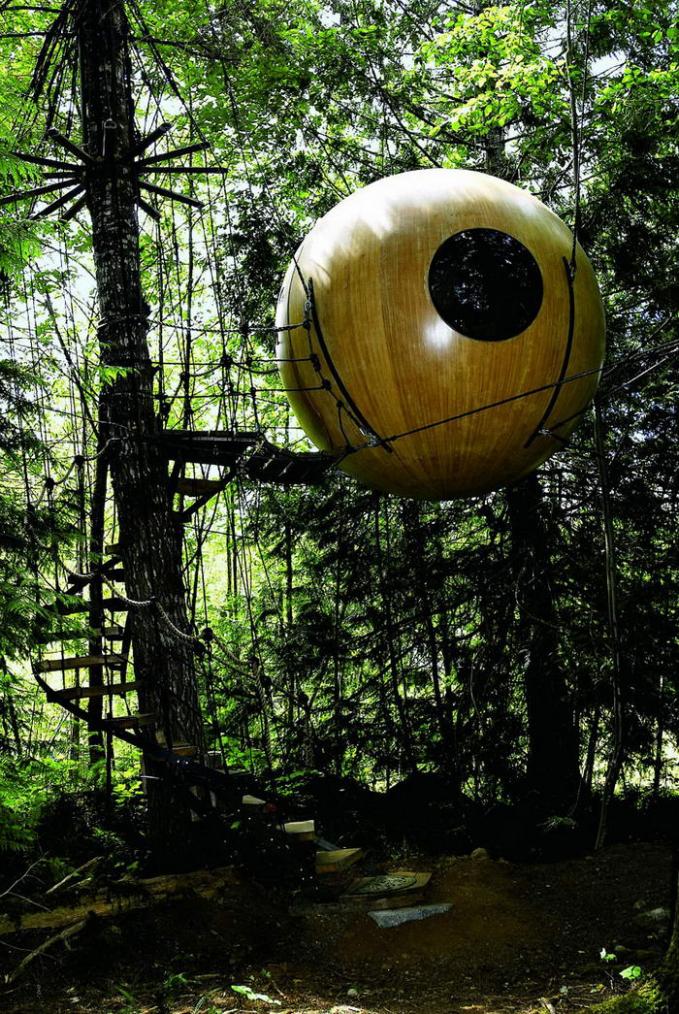 Rumah Pohon Bola Dibentuk seperti bola ditambah jendela kaca berbentuk lingkaran yang bikin kita masih bisa menikmati keindahan panorama hutan dari dalam rumah pohon tersebut.