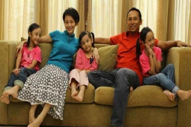 Nico Shiahaan dan Gabriella Vincy Caroline Artis yang kini terjun didunia politik dan menjadi anggota dewan, juga mempunyai anak pertama yang kembar.