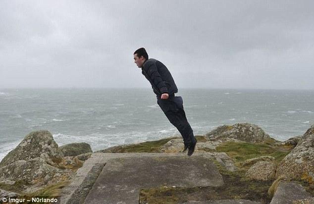 Tiupan angin di Inggris ini sempat beriup kencang sampai membuat orang-orang terbawa hembusannya.