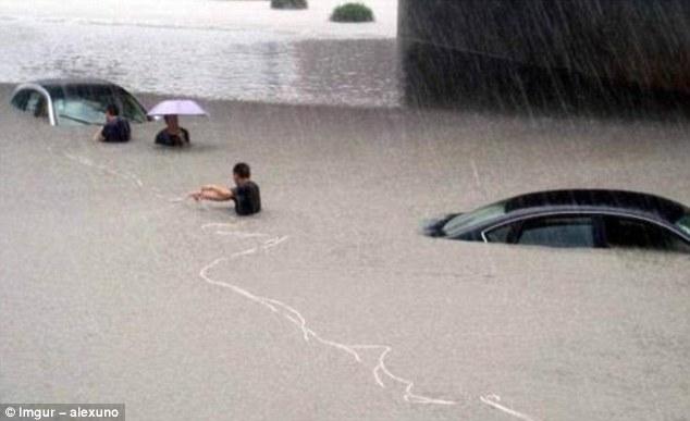 Nggak apa deh tubuhnya terendam banjir, yang penting nggak kehujanan. Makanya pakai payung.