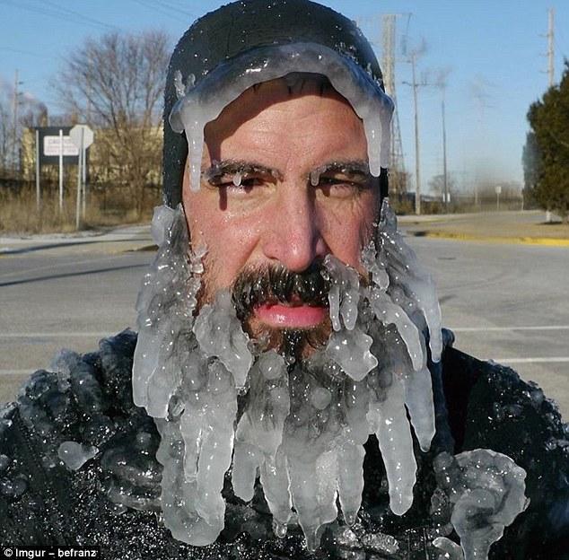 Saking ekstrimnya cuaca, topo sampai jenggot orang ini sampai membeku lho.