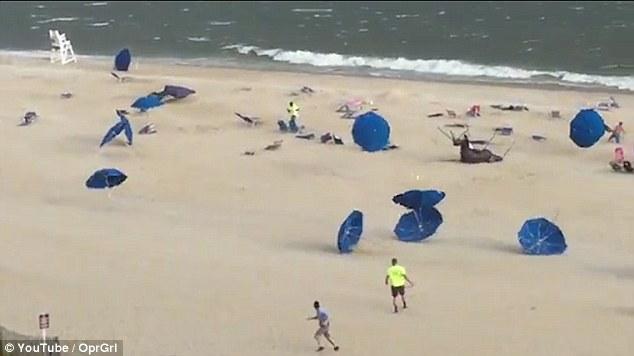 Penampakan saat pengunjung pantai berhamburan saat angin badai datang.