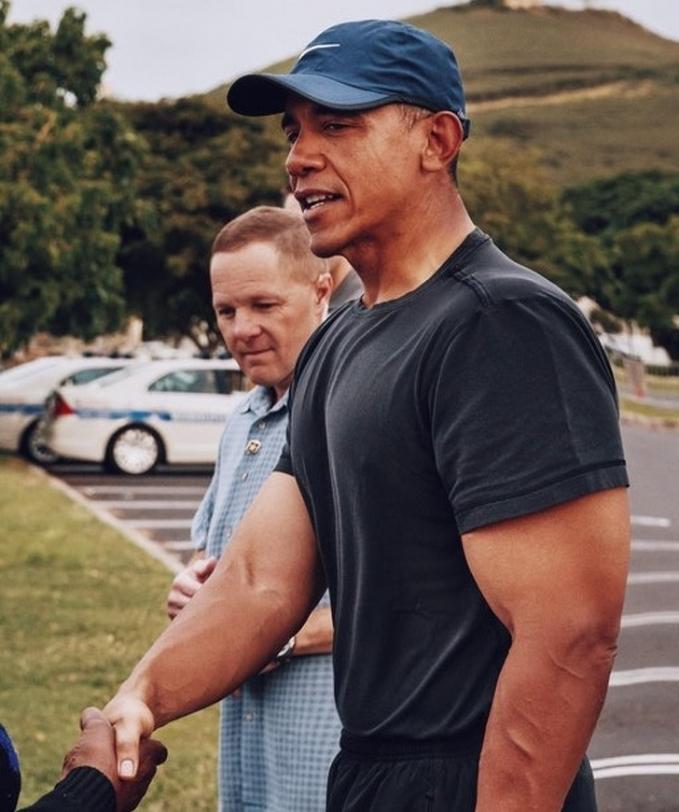 Wah, sejak kapan nih Pak Obama punya otot kekar kayak gini?. Sekilas malah mirip The Rock ya guys.
