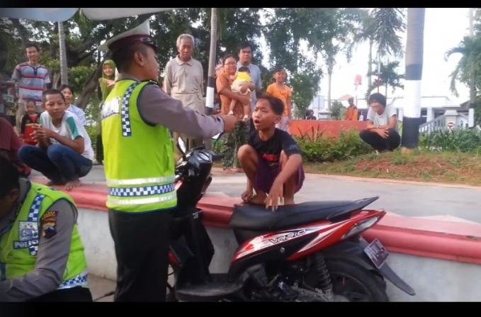 Pesan khusus untuk orang tua, jangan mengijinkan anak di bawah umur untuk mengendarai sepeda motor, karena sangat berbahaya.