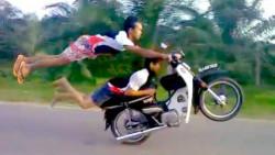 10 Kelakuan Kocak Pengendara Motor Ini Bikin Gregetan