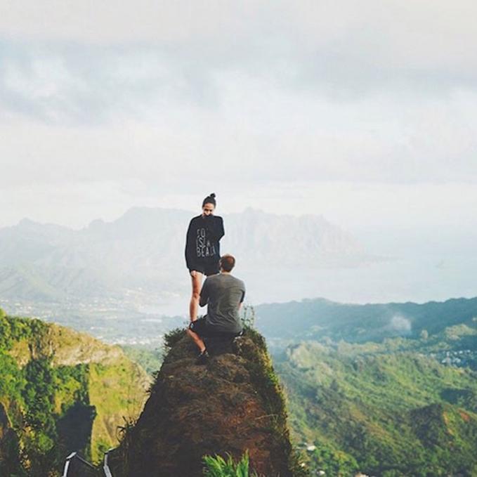 Widih niat banget ya..Ini keduanya mungkin pemanjat ya sampe sampe ngelamarnya pada saat mereka udah nyampe atas,so sweet.