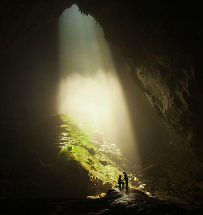 Ngelamar di gua dengan sinar dari lubang gua yang di atas.asik tapi serem deh ntar kalo guanya runtuh gimana?