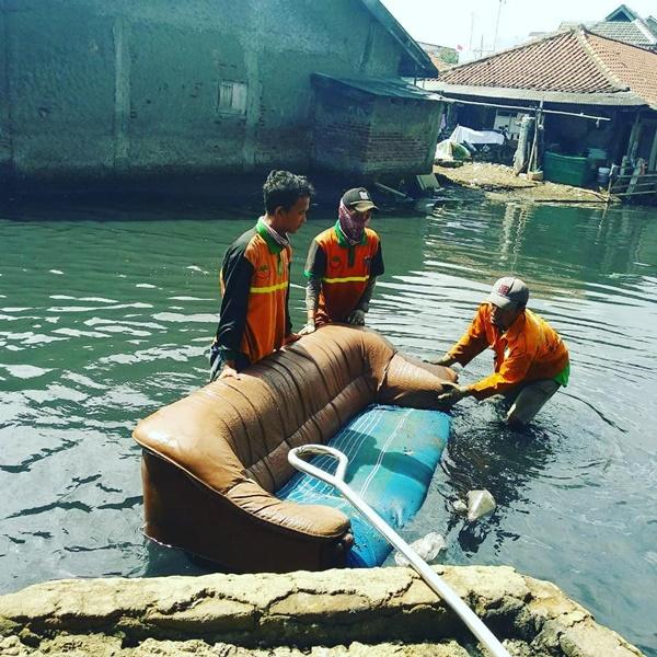 Bayangkan saja, ternyata ada orang yang nggak bertanggung jawab yang membuang sofa ke sungai.