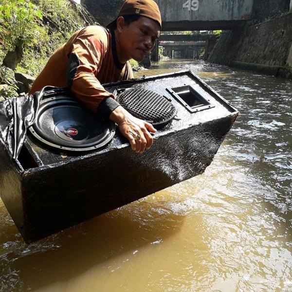 Mungkin di dalam sungai dikira ada yang karaoke kali ya.