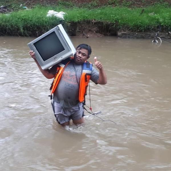 Dapat TV di dalam sungai? Okesip!